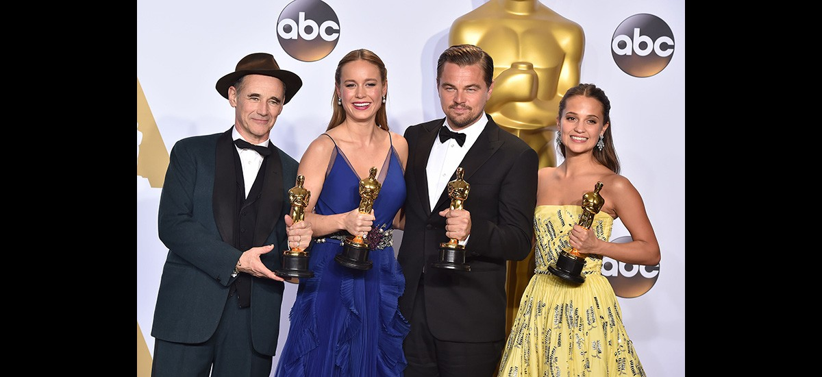 oscar winners holding trophies